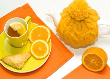 Tea with lemon and teapot in knitted hat - бесплатный image #347973
