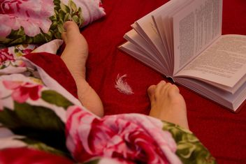 Human feet and open book in bed - бесплатный image #347983