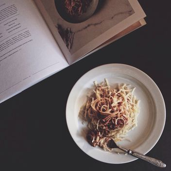 Italian pasta and magazine - image gratuit #360373