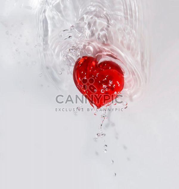corazón rojo en las gotitas de agua de San Valentín en el día de San Valentín loveforclashot - image #385173 gratis
