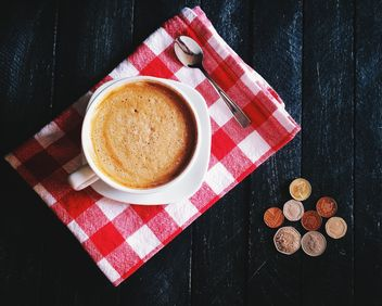 Cup of coffee, checkered dishcloth and coins - бесплатный image #136283