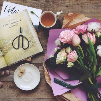Flowers, cup of tea and books - image #136473 gratis