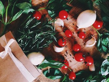 Cherry tomatoes, onions, garlic and greenery - бесплатный image #136573