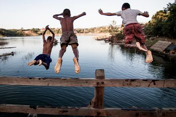 Boys jumping in water - image #147913 gratis