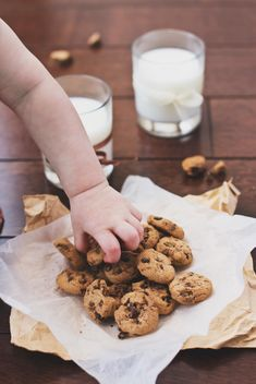 Chocolate chip cookies with milk - image gratuit #182743