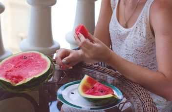 Woman eating juicy watermelon - Kostenloses image #182753