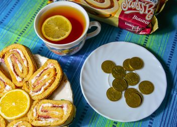 Sweet rolls, cup of tea and coins - Kostenloses image #182823