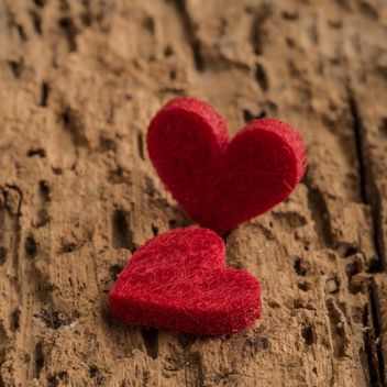 Felted hearts on wooden surface - image gratuit #182943