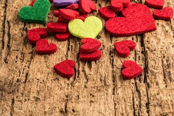 Colorful hearts on wood - image #183003 gratis
