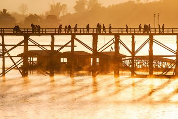 People walking on bridge - image #183523 gratis
