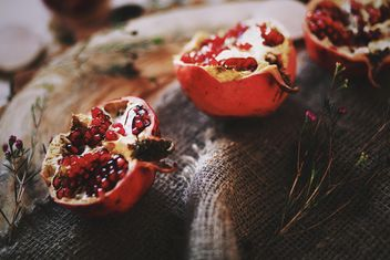 Halves of fresh pomegranate on burlap - image #183793 gratis