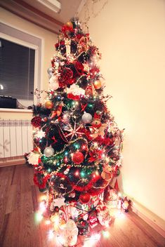Decorated Christmas tree in room - image gratuit #183933