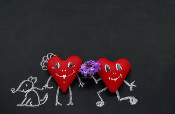 Red heart and figure drawn in chalk on the blackboard - image gratuit #184093