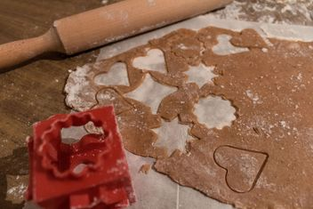 Gingerbread cookie in process - image gratuit #184453