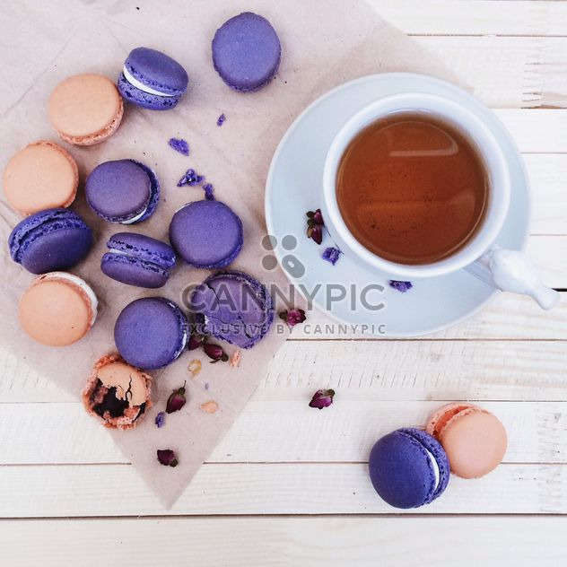 Macaroons and cup of coffee - image #184543 gratis