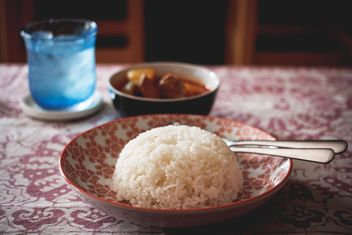 Rice in plate on table - image gratuit #186113