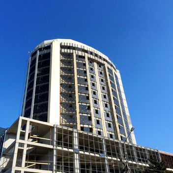 Construction of new building under blue sky - image gratuit #186223