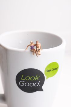 Miniature people on a cup of coffee - бесплатный image #187143
