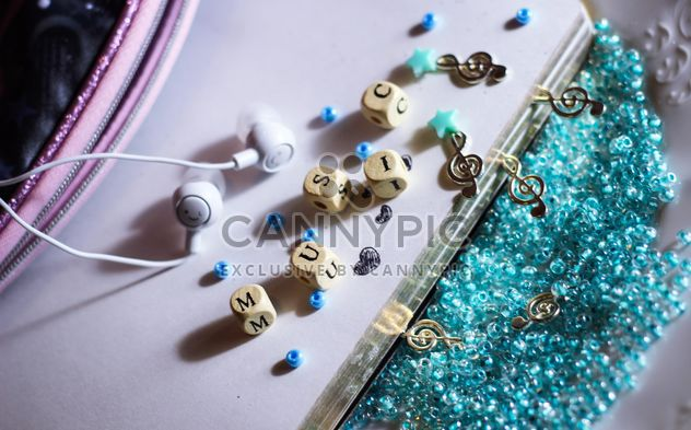 headphones and treble clef on beads, - image gratuit #187273