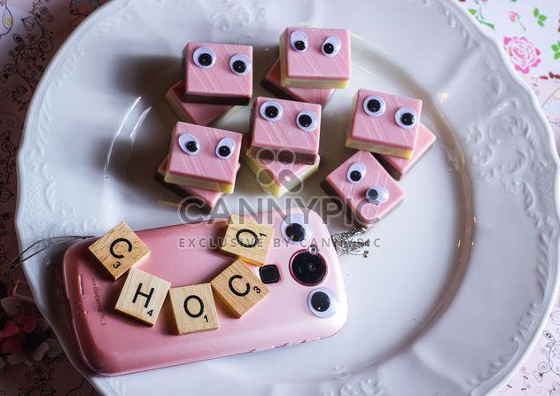 Rosa bonbons mit augen auf der platte kostenloser bild for Rosa augen