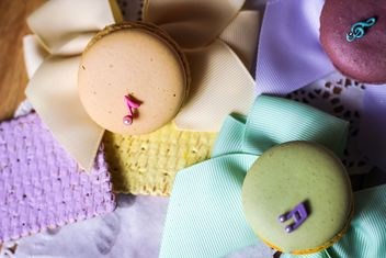 Colorful macaroons and cookies - Kostenloses image #187633