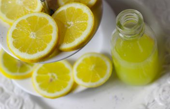 Sliced lemon and lemon juice - image #187643 gratis