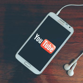 Youtube on smartphone - image gratuit #197953