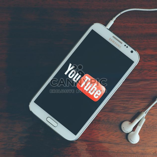 Youtube on smartphone - image #197953 gratis