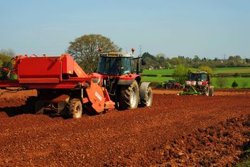 Tractor ploughing field - image #198353 gratis