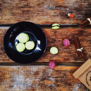 Colorful macaroons on plate - image gratuit #198513