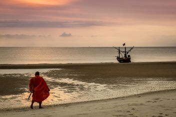 Monk walking on the beach - image #200183 gratis