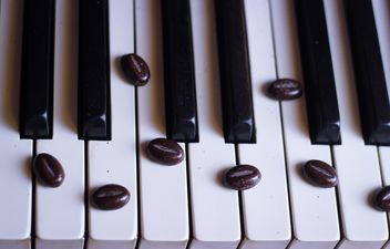 Coffee beans on piano - image gratuit #200933