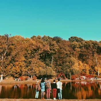 Group of people looking at the autumn landscape - image gratuit #271723