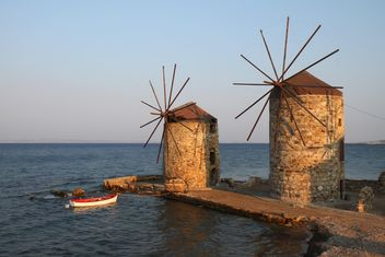 Windmills and Boat by the Aegean Sea - Kostenloses image #271773