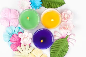 Colored candles and floral decorations - image gratuit #272533