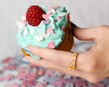 Cupcake in a hand - image #273743 gratis