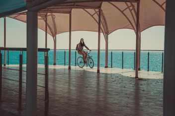 Man riding a bicycle - бесплатный image #273793