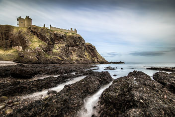 Dunnottar castle from the beach, Stonehaven, Scotland, United Kingdom - бесплатный image #296903