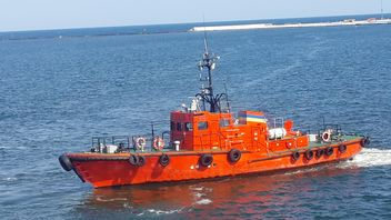 Pilot boat sailing in a harbour - бесплатный image #301453