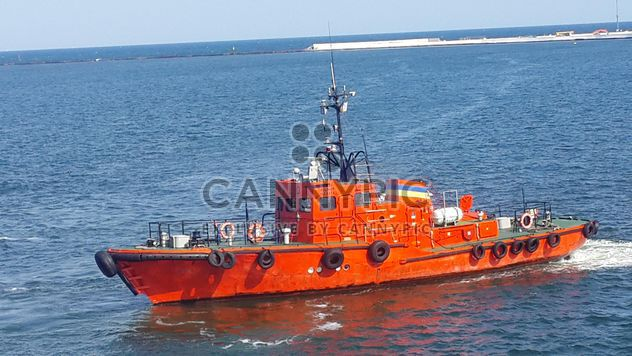 Pilot boat sailing in a harbour - Kostenloses image #301453