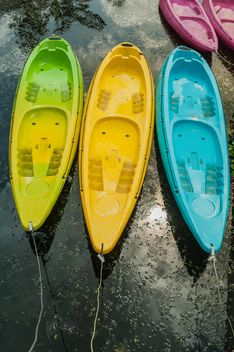 Colorful kayaks docked - image #301663 gratis