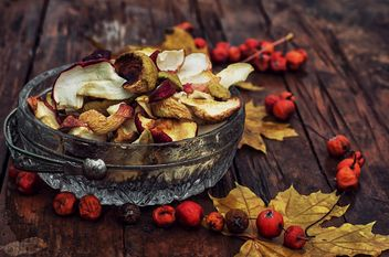 Dried apples, rowan berries and leaves - бесплатный image #301993