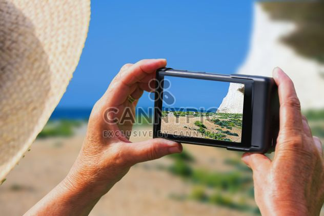 Woman Holding smartphone - Kostenloses image #302513