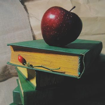 Still life of apples on a book - image gratuit #303353