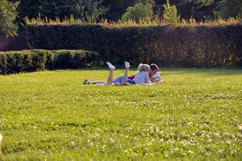 Couple in love outdoors - image gratuit #303793