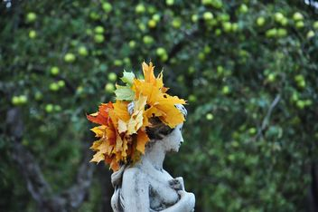 a wreath of maple leaves on the statue - бесплатный image #303993