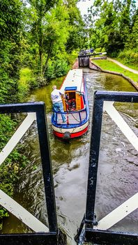 Boater tourist holidaymaker driving steering narrow boat - image #305703 gratis