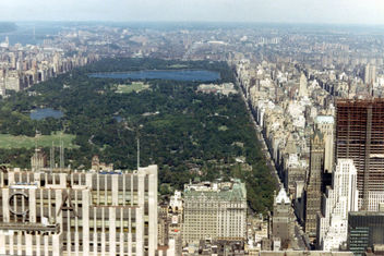 View of Central Park from a helicopter on its way from the top of the Pan-Am Building in downtown New York City to JFK Airport, 1967 - image #307853 gratis