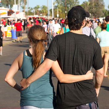 Couples at the fair: Shared future - image gratuit #308823