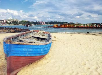 Fishing boat on a beach - бесплатный image #317393